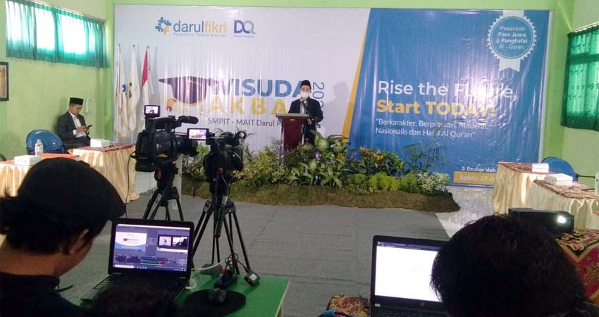 Kepala Seklah MAIT Darul Fikri Sukodono Angga Wahyu Wardana menyampaikan sambutan pada acara pelepasan siswa yang dilakukan secara daring. (st1)