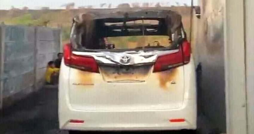 TERBAKAR - Mobil Toyota Alphard warna putih milik pedangdut Via Vallen diduga dibakar orang tak dikenal menggunakan Bahan Bakar Minyak (BBM) saat di parkir di rumahnya di Desa Kalitengah, Kecamatan Tanggulangin, Sidoarjo, Selasa (30/6/2020)