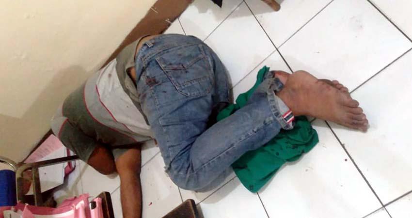 BABAK BELUR - Pria asal Sampang Madura yang diduga hendak mencuri di kos putri di Lingkungan Ngingas, Kelurahan/Kecamatan Krian, Sidoarjo babak belur dihajar warga, Jumat (02/07/2020) dini hari