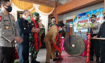 BANTUAN - Plt Bupati Sidoarjo, Nur Ahmad Syaifuddin memastikan setiap kampung tangguh bakal mendapat bantuan Rp 10 juta per desa saat peluncuran 20 Kampung Tangguh di Desa Kedungbocok, Kecamatan Tarik, Sidoarjo, Senin (29/6/2020)