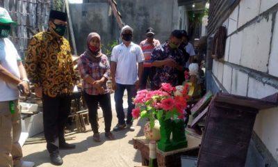 DAUR ULANG - Bacabup Sidoarjo, Bambang Haryo Soekartono (BHS) mengunjungi usaha kerajinan daur ulang limbah menjadi kerajinan bernilai ekonomis di Dusun Manyar, Desa Sedati Agung, Kecamatan Sedati, Sidoarjo, Kamis (06/08/2020)