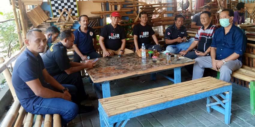 KOORDINASI: Anggota Gabungan Tujuh LSM yang biasa disebut LSM Seven Gab melakukan koordinasi di kantor Sekertariat kawasan GOR Gelora Delta Sidoarjo. (sul)