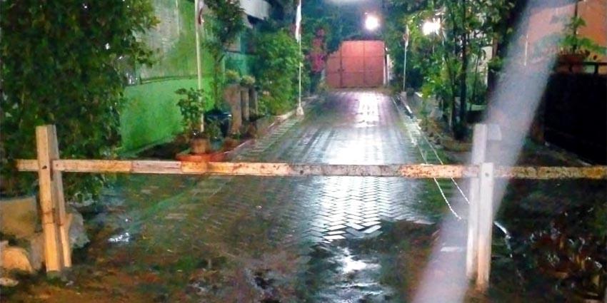 BUNTU : Karena tuntutan kepada pengavling tidak bisa difasiitasi di kantor balai desa oleh PJ Kades Masangan Kulon Abdul Majid S.sos, akses jalan warga kavling Dusun Peterongan ditutup oknum warga RW 07. (fan)