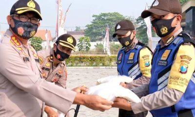 DISTRIBUSIKAN - Kapolresta Sidoarjo, Kombes Pol Sumardji mendistribusikan 10 ton beras yang dibagikan 349 Bhabinkamtibmas, 9.000 masker dibagikan 18 polsek jajaran, APD baju hazmat 440 unit dan face shield 440 unit, Kamis (06/08/2020)