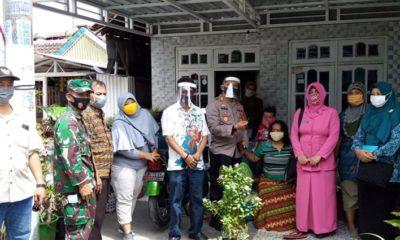 BAGI MASKER : Kapolsek Tanggulangin AKP Eka Wira Dharma Sibrani, bersama Forkopimka Tanggulangin, ibu-ibu Bhayangkari, Persit, PKK se-Kecamatan Tanggulangin membagi masker gratis kepada warga (gus)