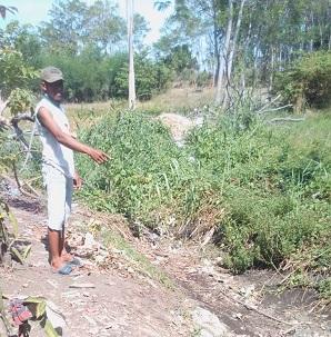 SALURAN : Ketua RW 05, Syaroni dan Ketua RT 10. Solikhin warga Dusun Bangunsari, Desa Tambak Kalisogo menunjukkan lokasi saluran yang masih berupa tanah. (gus).