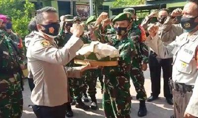 SERAHKAN TUMPENG : Kapolsek Tanggulangin AKP Eka Wira Dharma Sibrani menyerahkan tumpeng kepada Danramil Tanggulangin Kapten Inf Karyo Edy. (gus)