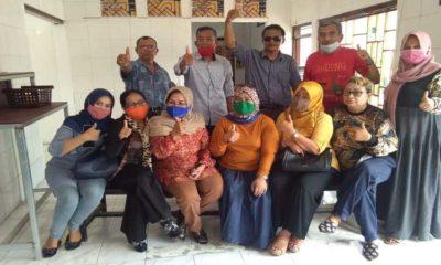 BULATKAN DUKUNGAN : Ketua DPC Sidoarjo Muhamad Jamil, Wakil Ketua Nonot, Sekertaris Dra Siti Aminah dan Penasehat H Sudarmaji beserta pengurus yang lain konsolidasi membulatkan dukungan kepada calon Bupati Sidoarjo ada Pilkada 2020. (ari)