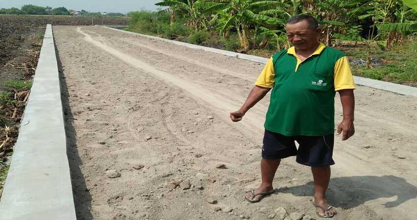 JALAN BARU : Kaspan, Tokoh masyarakat, di jalan baru Desa Wonoplintahan Kecamatan Prambon. (par)