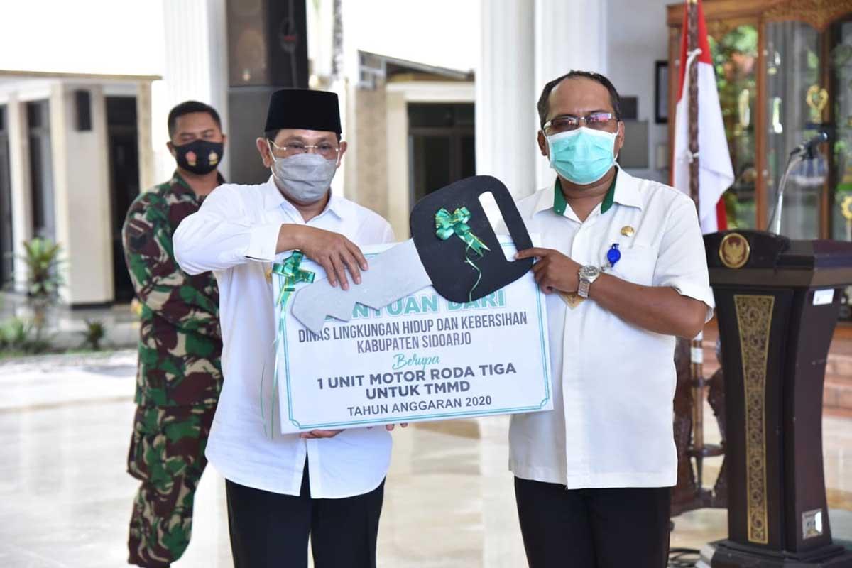 PENYERAHAN - Penutupan TMMD ditandai penyerahan berita acara penyerahan proyek TMMD ke 109 tahun 2020 oleh Dandim 0816 Sidoarjo Letk Inf M Iswan Nusi kepada Pj Bupati Sidoarjo, Hudiyono di Pendopo Delta Wibawa